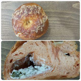 アンチョビオリーブベーグル(ふか)(tecona bagel works)