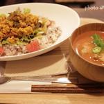 凍み豆腐で作ったタコライス風ベジカレー (musubi特性カレー)(musubi cafe)