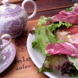 ガレットとポット紅茶、スイーツ(Mamie Fraise)