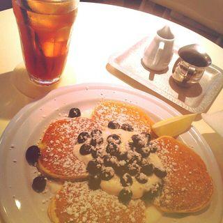 フレッシュブルーベリーとヨーグルトクリームのパンケーキセット(APOC (アポック))