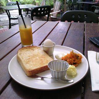 トーストセット, パラダイスアレイの山食パン、半熟ゆで卵、グリーンサラダ(ガーデンハウス レストラン )
