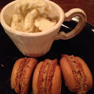 紅茶のマカロンとアイスクリーム添え(organ)