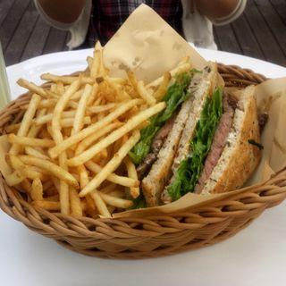 リブアイステーキとルッコラのシリアルトーストサンドレフォールマヨネーズ(crisscross (クリスクロス))