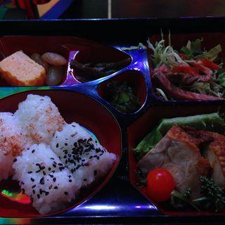 弁当(ロボットレストラン (Robotrestaurant))