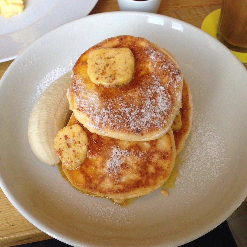 リコッタパンケーキ w/フレッシュバナナ ハニーコームバター