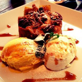 パンプキンとスイートポテトのケーキ、ピーカンナッツとマスカルポーネクリーム添え(アイヴィープレイス (IVY PLACE))