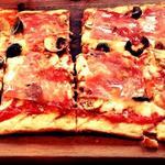 サラミ、マッシュルーム、オリーブのピザ