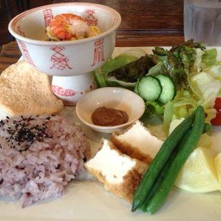 アジアンランチ ヘルシーサラダと黒米ごはん(ま・ほ・ら )
