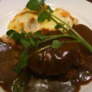 牛粗挽き肉のハンバーグとポテトと小海老のクリームグラタン(カサデフジモリ )