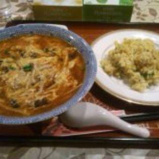 酸辣湯と半チャーハン(中華料理居酒屋 華美宴  )