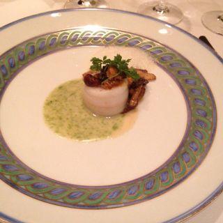 帆立貝柱のムースを詰めた舌平目のタンバル キノコと雲丹のフリカッセと一緒に海藻とハーブの芳香 貝のうま味を凝縮したクリームソース エマルジョン仕立て(マルメゾン )