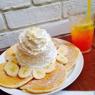 バナナホイップクリームとマカデミアナッツのパンケーキ(Eggs 'n Things 京都四条店)