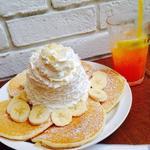 バナナホイップクリームとマカデミアナッツのパンケーキ