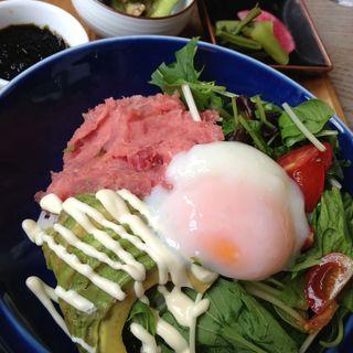 まぐろアボカド丼 岩海苔ソース(GLOU GLOU REEFUR (グルグル リーファー【旧店名】ロザリー))