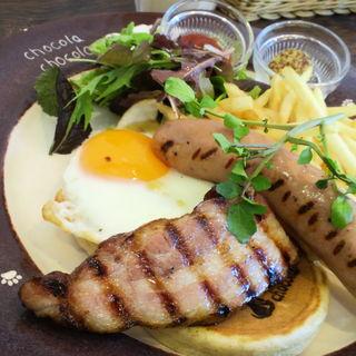 道産ベーコンとソーセージのグリルと半熟玉子のライ麦パンケーキ(北海道パンケーキカフェ チョコラ チョコラ)