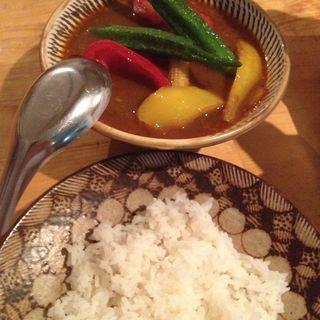 揚げ夏野菜とチキンスープカレー(オーツキ食堂)