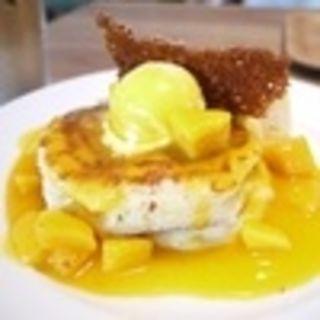 パインとマンゴーのパンケーキ(RH Cafe 千駄ヶ谷店 (アールエイチカフェ))