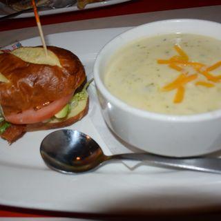BLTアボカドサンド、ブロッコリースープ(TGI Friday's)