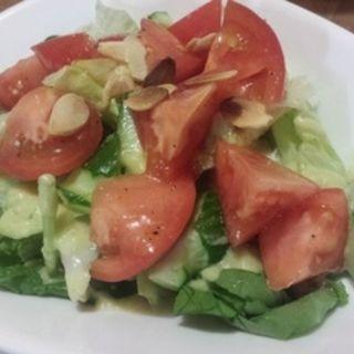 ルッコラのグリーンサラダ 真っ赤なトマトのドレッシング(Dining Riz Ohno (ダイニング リ オーノ))