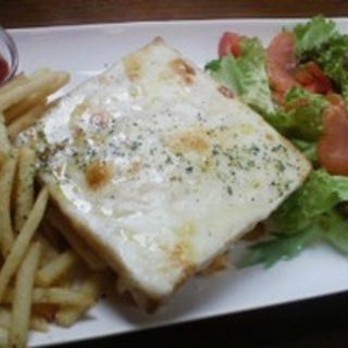 クロックムッシュ&フライドポテト&サラダ ( TOLO COFFE&BAKERY(トロ コーヒーアンドベーカリー))