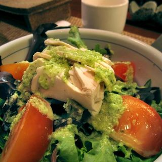 Totto salad (mixed lettuces, tomato and chicken breast, with shiso dressing)(Yakitori Totto)