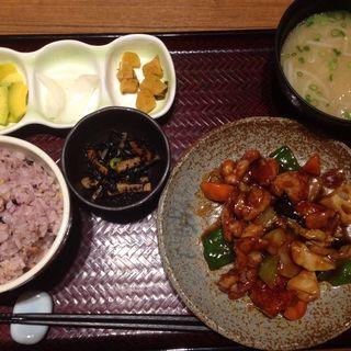 若鶏の黒酢炒め定食(定食 屋百菜旬 博多一番街店)