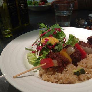 大豆ミートのサテと玄米リゾット(たまな食堂)