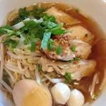 タイ屋台の汁そば蒸し鶏のせ クイッティオガイ