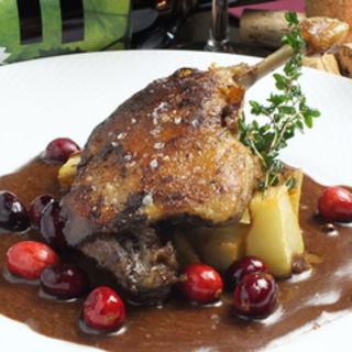 骨付き鴨肉のコンフィ クランベリーの入ったチョコレートソース(パラドール (SPANISH LOUNGE PARADOR))