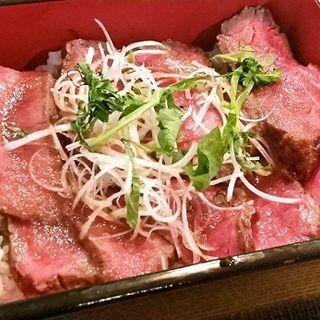 淡路牛のローストビーフ丼・日替わりサラダとスープ付き(ミカゲ クラクラ (MIKAGE KuraKura))