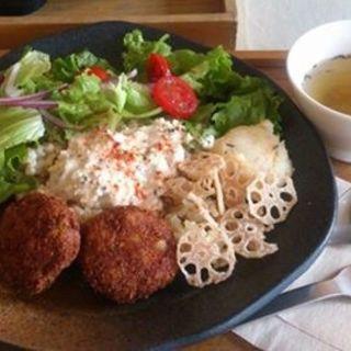 ヘルシー豆腐ハンバーグ丼ロコモコ風(ムモクテキカフェ (mumokuteki cafe))