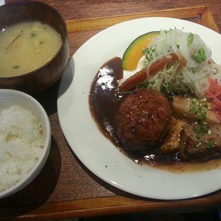 ハンバーグ&豚の角煮定食(いっかく食堂)