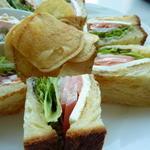 モッツァレラチーズと生ハムのサンドイッチ
