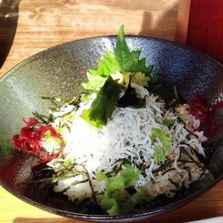 特上釜あげしらす丼と寿雀卵定食(稲村ヶ崎食堂 (いなむらがさきしょくどう))