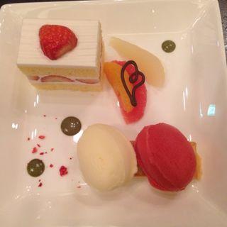 苺のショートケーキとバニラアイスクリーム フルーツ添え(八芳園 )