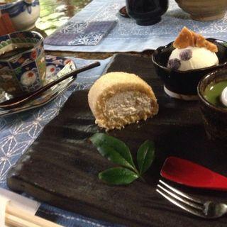 蕎麦茶のロールケーキと蕎麦の小豆よせとアイス添え(街道そばたからい)