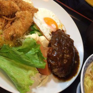 ハンバーグとカキフライの定食(淀ヤ食堂 )