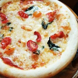 トマトと生バジリコのピザ(Kuusi (クーシ))