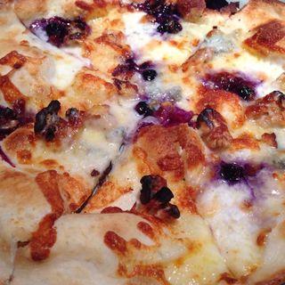 ゴルゴンゾーラとブルーベリーのピザ(RHC CAFE みなとみらい店 (アールエイチシーカフェ))