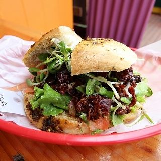 BLT+ハラペーニョのパン(Waialua Bakery)