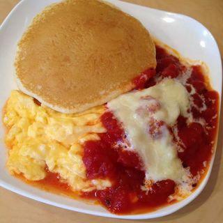 チーズとトマトとスクランブルエッグ(まるにこ)