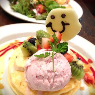 フルーツとカスタードのスマイルパンケーキ(ジェイエス パンケーキカフェ自由が丘店 (j.s. pancake cafe))