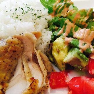 グリルドチキンとアボカドトマトのサラダプレート(カフェ キャッスル )