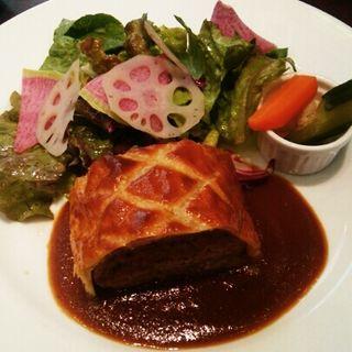 粗びき肉のパイ包み焼き(カフェ エメ・ヴィベール コレド室町 )
