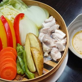 鶏肉と野菜のセイロ蒸し(居酒屋 山心)