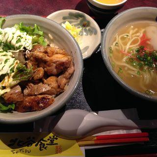 沖縄そばと唐揚げ丼のランチ(北谷食堂 淡路町店 (ちゃたんしょくどう))