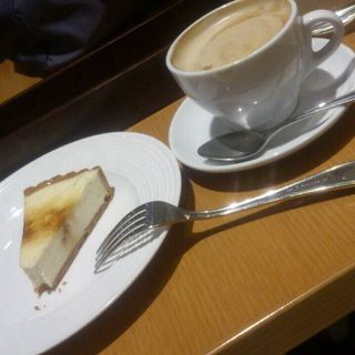 ベイクドチーズケーキとカフェラテ(ミカド珈琲店 日本橋本店 (MIKADO))