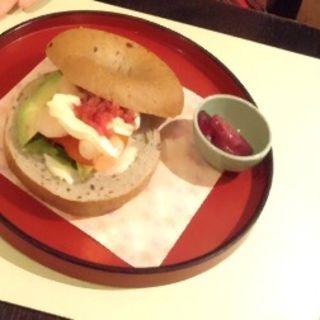 海老とアボカドの五穀ベーグルサンド 味噌と漬物のクリームソースかけ(文房具カフェ )