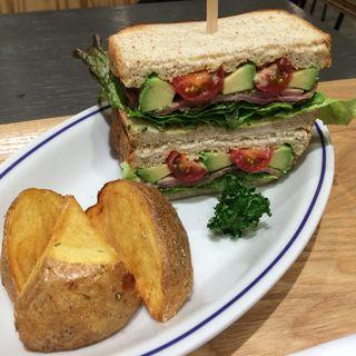 スモークターキーと元気な野菜のサンドウィッチハニーバルサミコソース(スタンダードブックストアあべの)