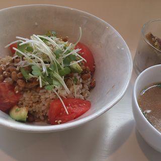 納豆とアボカドの丼ぶり(トリトンカフェ代官山 (TRITON CAFE DAIKANYAMA))